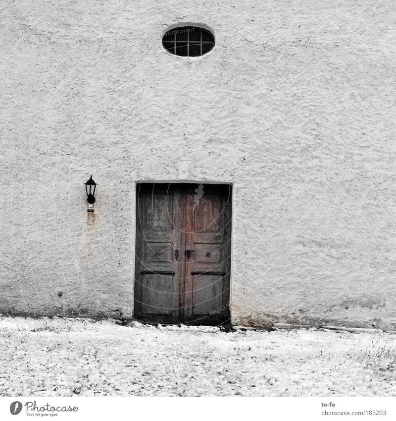 Kirchtür Dorf Kirche Fenster Tür alt grau weiß Schnee Wand Gedeckte Farben Außenaufnahme Tag