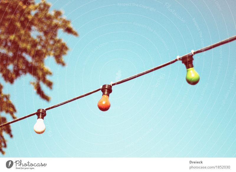 birnen im freien Energiewirtschaft Glühbirne Lampe Glas hängen leuchten Farbfoto mehrfarbig Außenaufnahme Tag Licht Blick nach oben