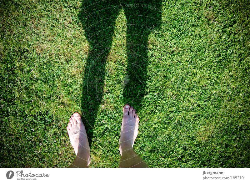 It´s Summertime Mensch Sommer Freude Leben Gras Fuß Beine Zufriedenheit Stimmung maskulin Coolness genießen Schönes Wetter Bekleidung Sportler Badehose