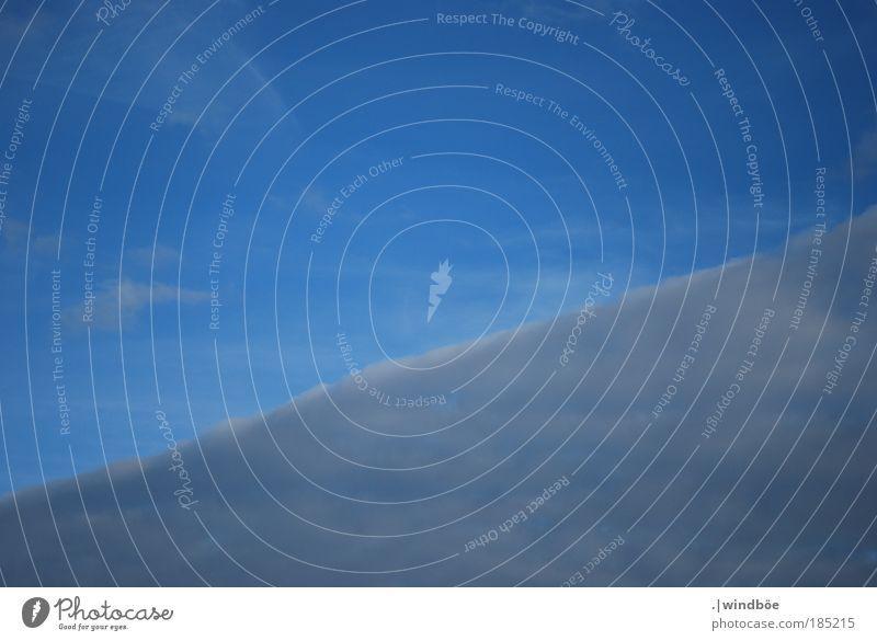 Der Weg in den Himmel weiß blau Winter Wolken kalt Erholung Herbst oben grau Luft Linie Wetter Umwelt fliegen hoch