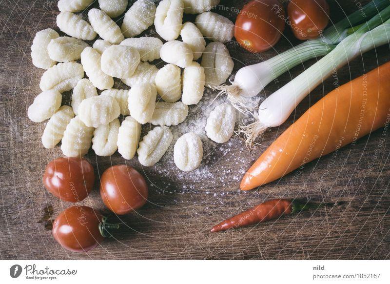 Gnocchi 1 Lebensmittel Tomate Frühlingszwiebel Ernährung Abendessen Bioprodukte Vegetarische Ernährung Italienische Küche Schneidebrett Essen genießen