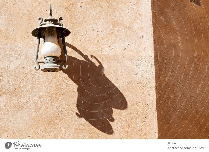 In Oman die Straßenlampe in einer alten Mauer Ferien & Urlaub & Reisen Stadt weiß schwarz Architektur Stil Gebäude Lampe grau Design Metall