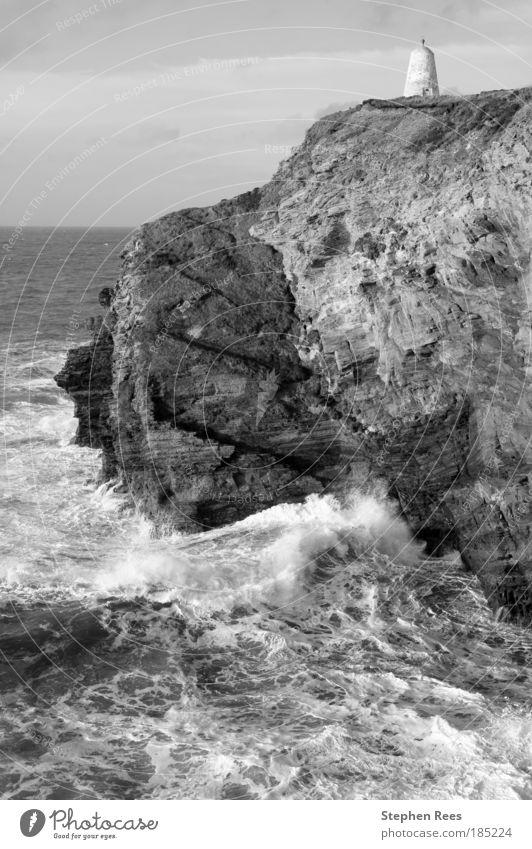 Klippen und das Pepperpot Daymark in Portreath Meer Wellen Himmel Wolken Küste Stein alt schwarz weiß Atlantik Briten Monochrom Felsen Schichten Erosion rau