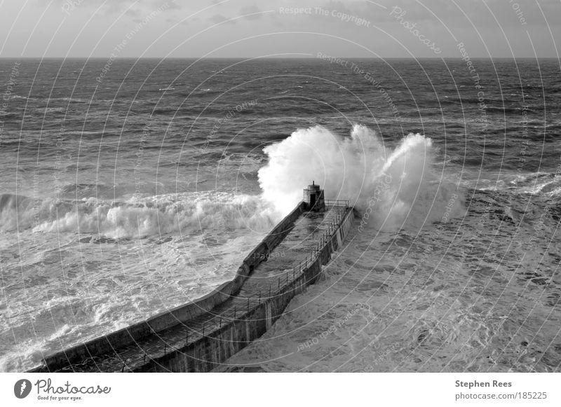 Natur Himmel weiß Meer Winter schwarz Landschaft Wellen Küste Wetter Horizont Mensch Anlegestelle brechen Atlantik Monochrom