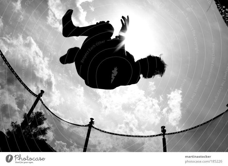 Trampolinsprung maskulin Junger Mann Jugendliche Leben Luft Himmel Wolken Sonne Sonnenlicht Sommer Schönes Wetter Baum Haare & Frisuren fliegen springen