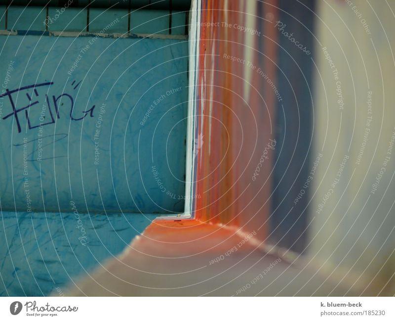 Perspektive blau rot ruhig Einsamkeit Ferne Farbe Wand Fenster träumen Mauer Linie Graffiti Stimmung Beton Perspektive ästhetisch