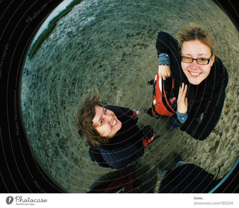 Die Zwei von der Strandstelle Frau Hand Wasser Himmel Meer Strand kalt Herbst feminin lachen Kopf Freundschaft Küste Wetter verrückt Ausflug