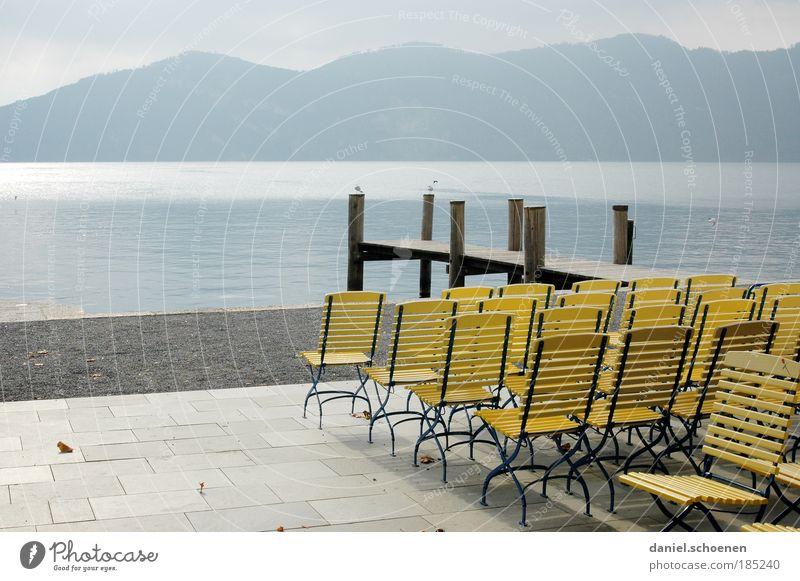 hinsetzen !! Ferien & Urlaub & Reisen blau Erholung Einsamkeit Landschaft ruhig Ferne Berge u. Gebirge gelb Herbst See hell Horizont Zufriedenheit Tourismus