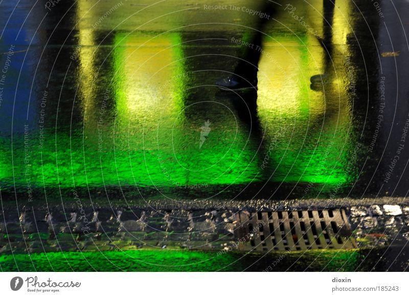 night-walk Mensch androgyn Beine Fuß 1 Klima Wetter schlechtes Wetter Regen Stadt bevölkert Fußgänger Straße Wege & Pfade gehen nass blau gelb grün schwarz