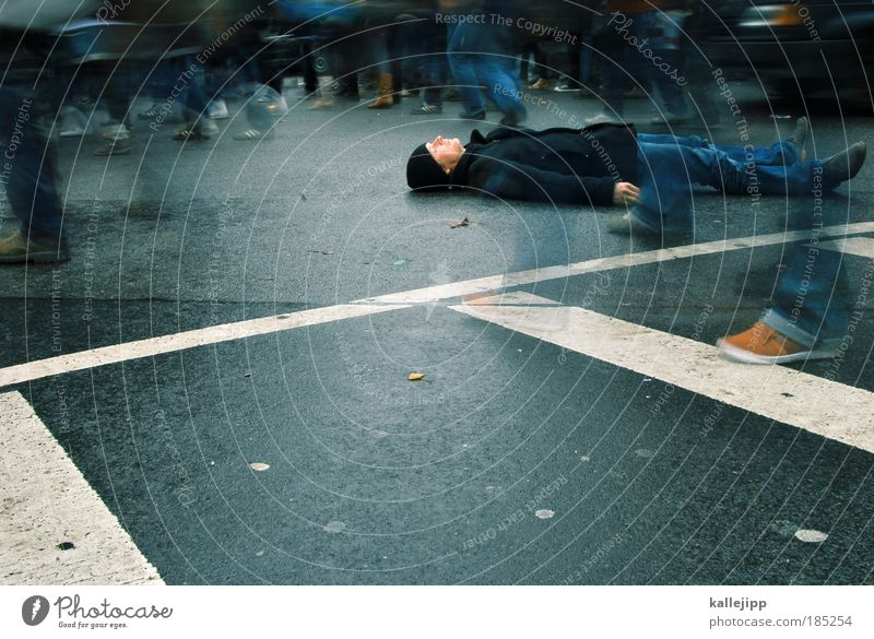 die bildung ist tot. es lebe die bildung. Mensch Mann Erwachsene Straße Tod Leben Menschengruppe Beine Verkehr schlafen gefährlich Lifestyle Kultur