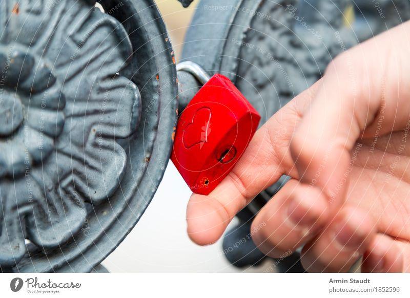 herziges Vorhängeschloss Lifestyle Stil Mensch Hand Finger Zeichen Ornament Liebe einfach Zusammensein trendy Gefühle Leidenschaft Verliebtheit Treue