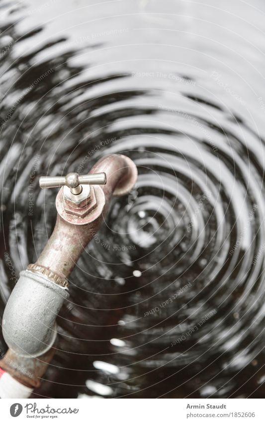 Tropfen für Tropfen Wasser Wassertropfen Klimawandel Wasserhahn authentisch Flüssigkeit frisch nass trist Armut rein sparsam tropfend Wellen alt Rost Umwelt