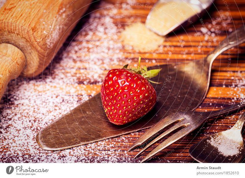 Oma backt Kuchen Lebensmittel Frucht Teigwaren Backwaren Dessert Erdbeeren Erdbeertorte backen Puderzucker Ernährung Kaffeetrinken Besteck Nudelholz Portion