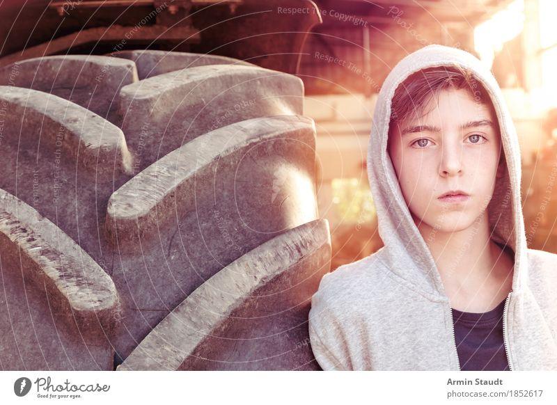 Porträt mit Treckerreifen Lifestyle Stil schön Mensch maskulin Jugendliche 1 13-18 Jahre Sommer Mode Kapuzenpullover Kapuzenjacke Coolness einzigartig Stimmung