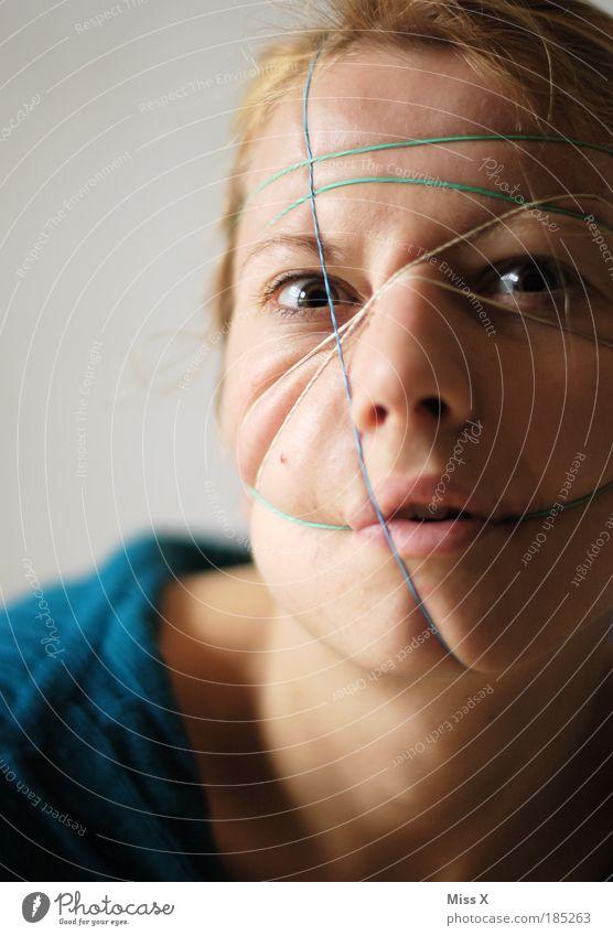 Selbstgeiselung II feminin Junge Frau Jugendliche Haut Kopf Haare & Frisuren Gesicht Auge Mund Lippen 18-30 Jahre Erwachsene Aggression bedrohlich gruselig