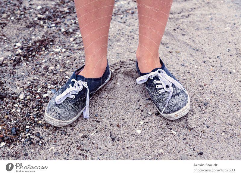 Am Strand Mensch Natur Ferien & Urlaub & Reisen alt Lifestyle Beine Küste Gesundheit Stil Mode Fuß Sand Tourismus dreckig Ausflug