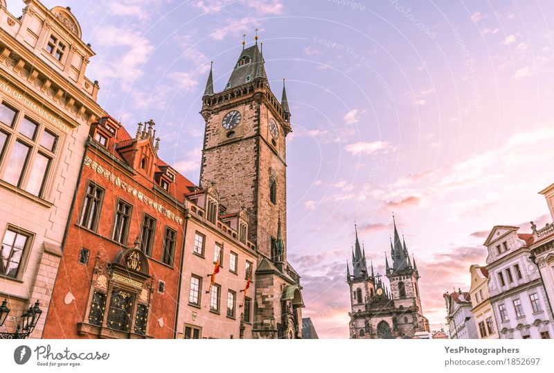 Prag Glockenturm Uhr Himmel Wolken Horizont Sonnenaufgang Sonnenuntergang Stadt Hauptstadt Dom Architektur Sehenswürdigkeit Wahrzeichen alt blau Kathedrale