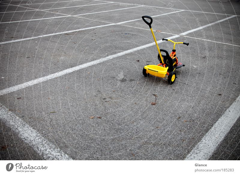 Falschparkierer gelb Spielen grau Freizeit & Hobby Ausflug fahren skurril Symmetrie Parkplatz Personenverkehr Licht Bildung Dreirad Fahrschule