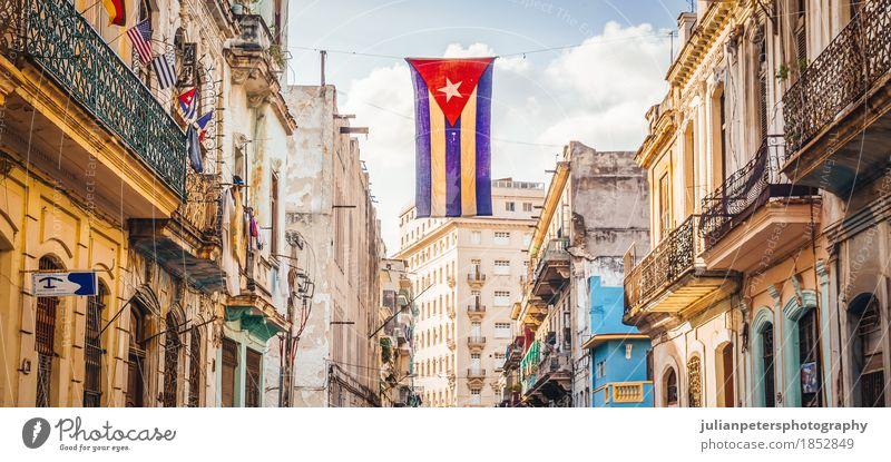 Straße in Havanna mit kubanischer Flagge Himmel Ferien & Urlaub & Reisen alt blau Stadt Haus Architektur Leben Gebäude Fassade Tourismus dreckig retro