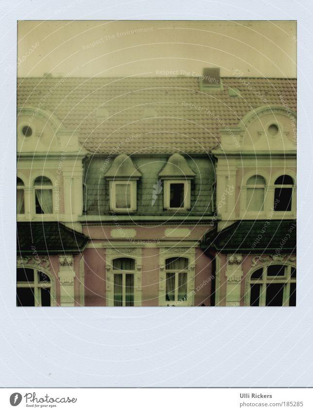 . Häusliches Leben Hausbau Umzug (Wohnungswechsel) Raum Hannover Fenster Dach Schornstein beobachten fallen eckig ruhig Liebeskummer Sehnsucht Heimweh Erholung