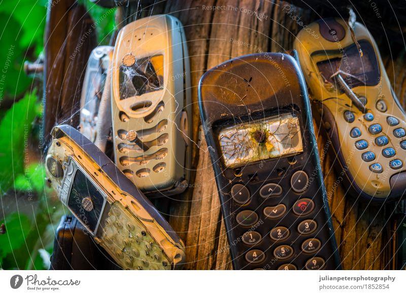 alt sprechen retro Technik & Technologie Telekommunikation Papier Information Telefon Wut Handy Informationstechnologie Gewalt Sorge Aggression Entwurf