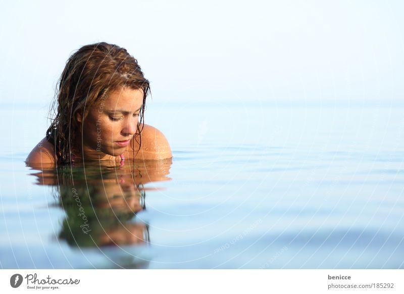 Wasserspiel Frau Mensch Jugendliche Wasser schön Meer blau Sommer Ferien & Urlaub & Reisen Erotik Erholung See Zufriedenheit nass Beautyfotografie