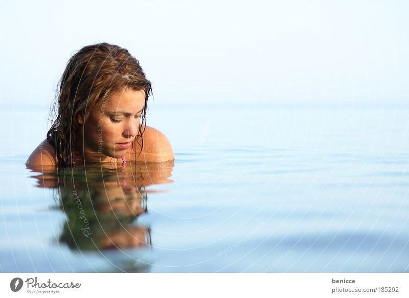 Wasserspiel Frau Mensch Meer See Reflexion & Spiegelung Wasserspiegelung Sommer Erholung Zufriedenheit Schwimmen & Baden Glätte schön Beautyfotografie Wellness