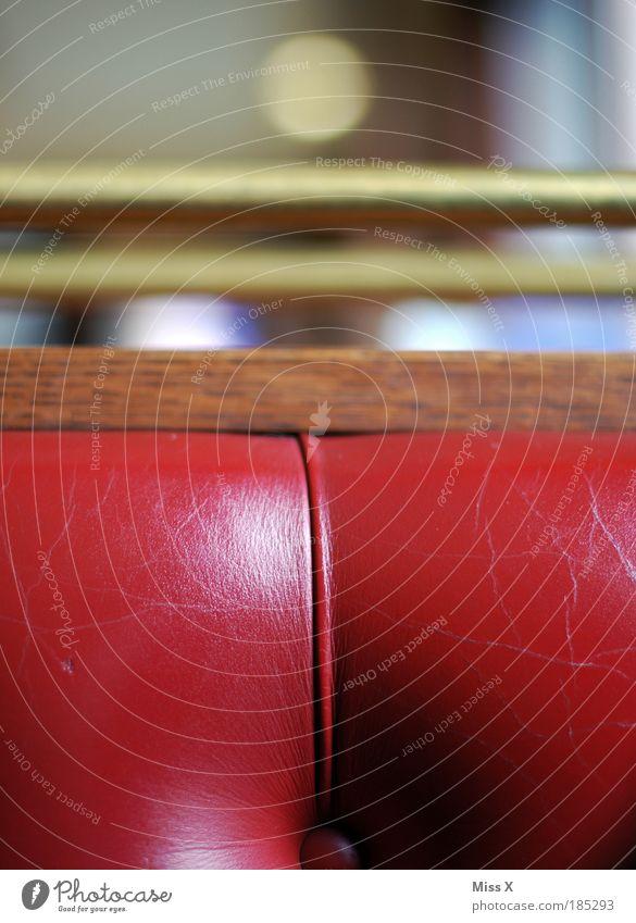 Roter Knubbel alt rot Holz Metall Wohnung Gold elegant Stuhl weich Kitsch Häusliches Leben Sofa Innenarchitektur Café Leder Nostalgie