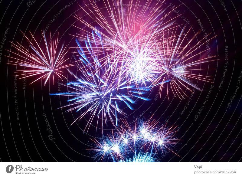 Buntes Feuerwerk am schwarzen Himmel blau Weihnachten & Advent Farbe weiß rot Freude dunkel gelb Kunst Freiheit Feste & Feiern Party orange Design