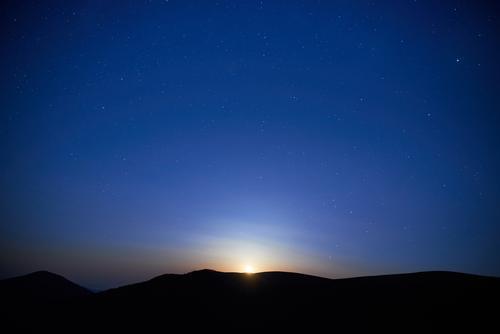 Blaue dunkle Nacht in den Bergen und im Himmel mit vielen Sternen Natur Ferien & Urlaub & Reisen blau Farbe weiß Sonne Landschaft rot Wolken dunkel