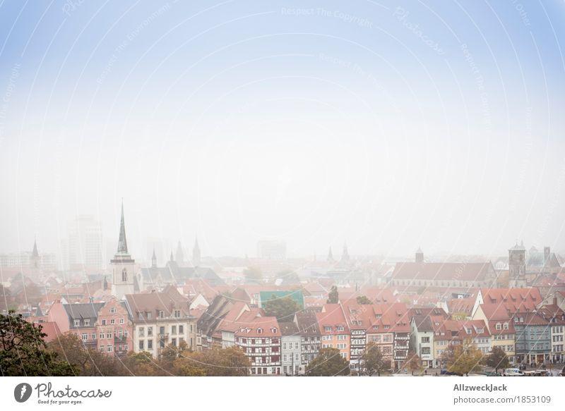 Erfurt im Nebel II Herbst Stadt Stadtzentrum Altstadt Skyline Haus Kirche Gebäude Dach trist grau Farbfoto Außenaufnahme Menschenleer Tag Totale