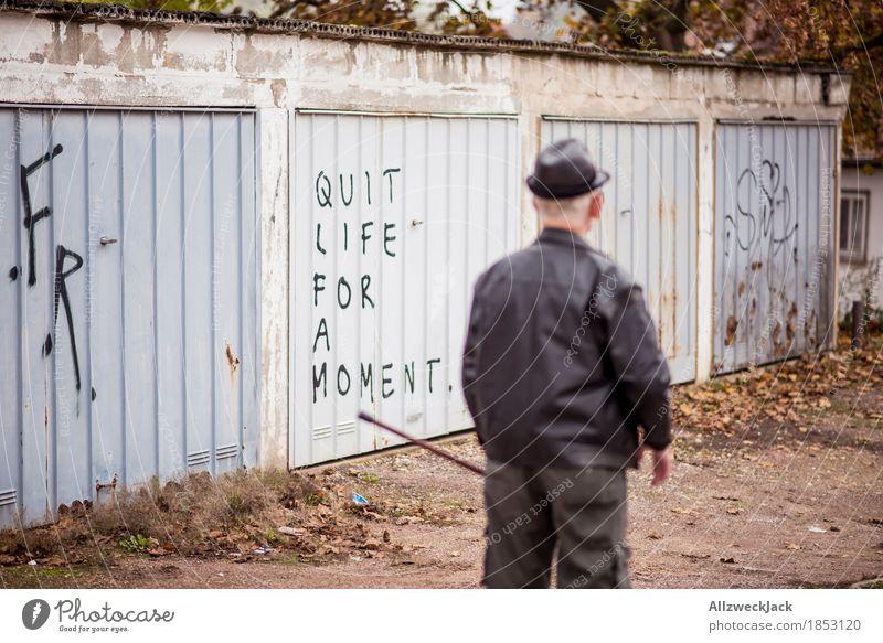 Kurz mal durchatmen maskulin Mann Erwachsene Männlicher Senior Großvater Leben 1 Mensch Schriftzeichen Graffiti alt Erschöpfung Endzeitstimmung Erholung Garage