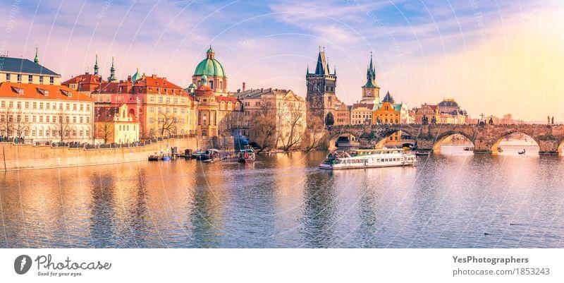 Prag-Panorama mit seinem Fluss und Gebäuden Ferien & Urlaub & Reisen blau Stadt Architektur gelb Tourismus Wasserfahrzeug Ausflug gold Europa Kultur Brücke