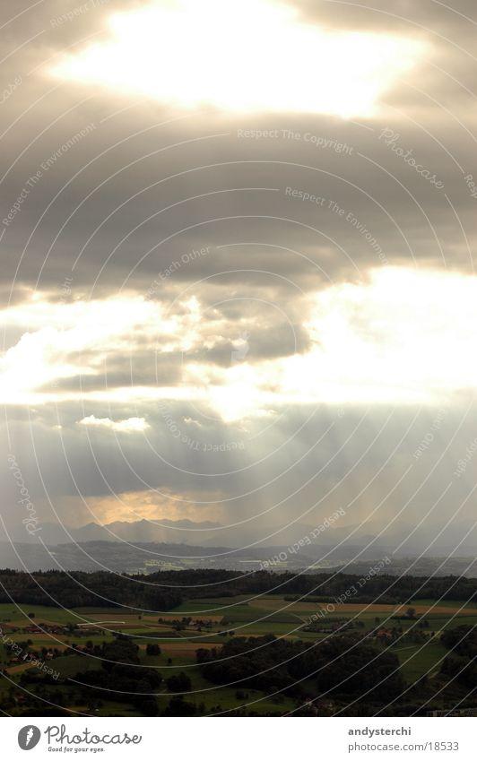 Sonnenstrahlen Sonne Wolken dunkel Wiese Regen Landschaft Beleuchtung Schweiz Gewitter