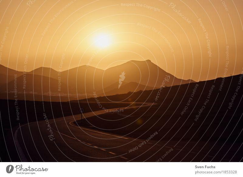 Sonnenuntergang auf Lanzarote ruhig Tourismus Berge u. Gebirge Natur Landschaft Sand Park Hügel Vulkan Wüste Straße Stein hoch Einsamkeit Erosion Kanaren Lava