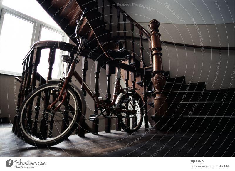 old school alt Freude Haus Fenster Holz klein Innenarchitektur Wohnung Zufriedenheit Fahrrad Freizeit & Hobby Treppe Häusliches Leben Rad Treppenhaus Parkett
