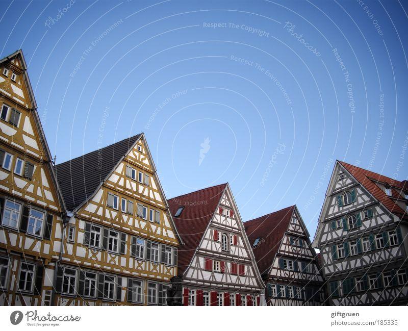 zick-zack Dorf Kleinstadt Stadt Stadtzentrum Altstadt Skyline Menschenleer Haus Bauwerk Gebäude Architektur Wohnhaus Fachwerkfassade Fachwerkhaus Fassade Dach