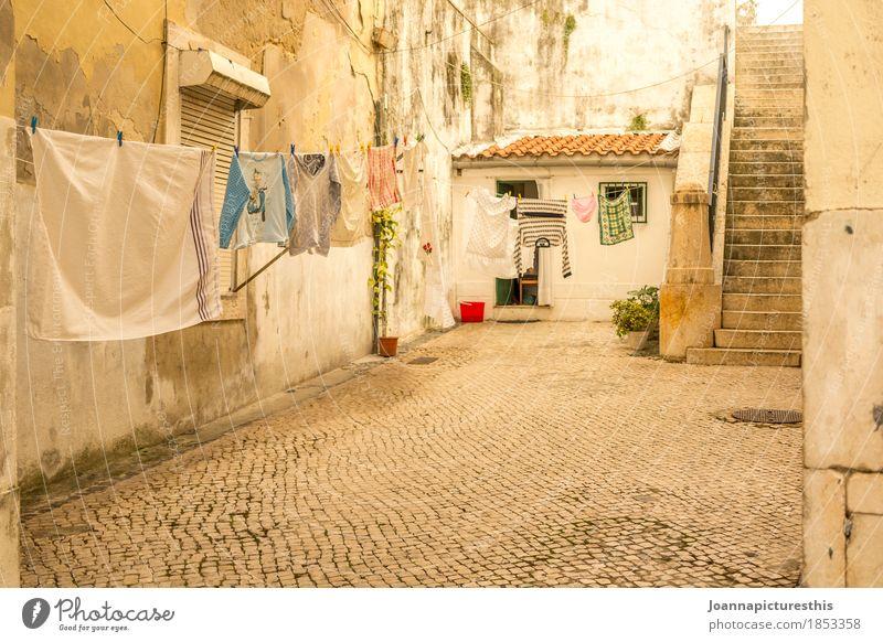 Wäsche Stadt Wand Mauer Häusliches Leben authentisch Bekleidung Armut nass trocken Dorf Altstadt hängen Terrasse Kleinstadt trocknen