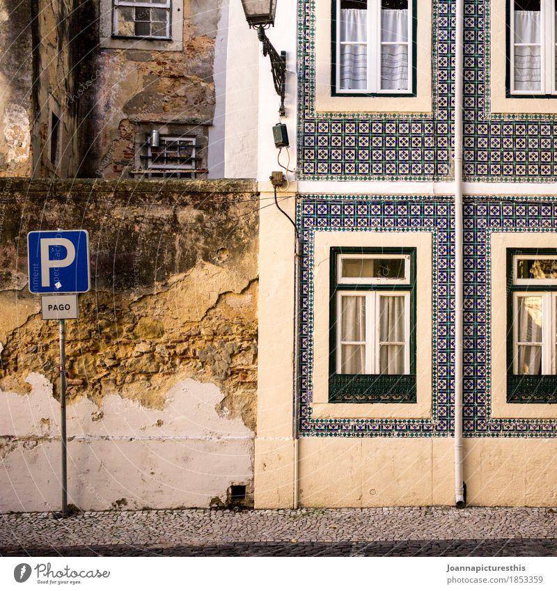 Parkplatz blau Stadt Haus Fenster Architektur Wand Gebäude Mauer Stein Fassade Wohnung Häusliches Leben Schilder & Markierungen Hinweisschild Baustelle