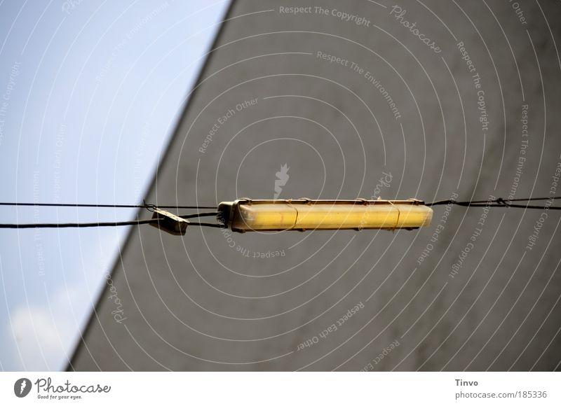 Hinterhofbeleuchtung Himmel Wand Mauer Beleuchtung Energiewirtschaft Kabel lang leuchten Verbindung Leuchtstoffröhre Stromverbrauch Außenbeleuchtung Gebäudeteil