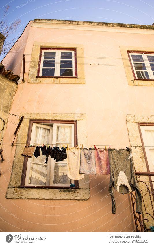Trocknen Häusliches Leben Wohnung Kleinstadt Fassade Fenster Bekleidung hängen Reinigen authentisch einfach nass trocken Wäsche trocknen Wäscheleine Farbfoto