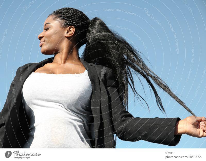 Sonia feminin 1 Mensch Himmel Schönes Wetter T-Shirt Jacke Haare & Frisuren schwarzhaarig langhaarig Bewegung festhalten genießen Lächeln toben ästhetisch schön