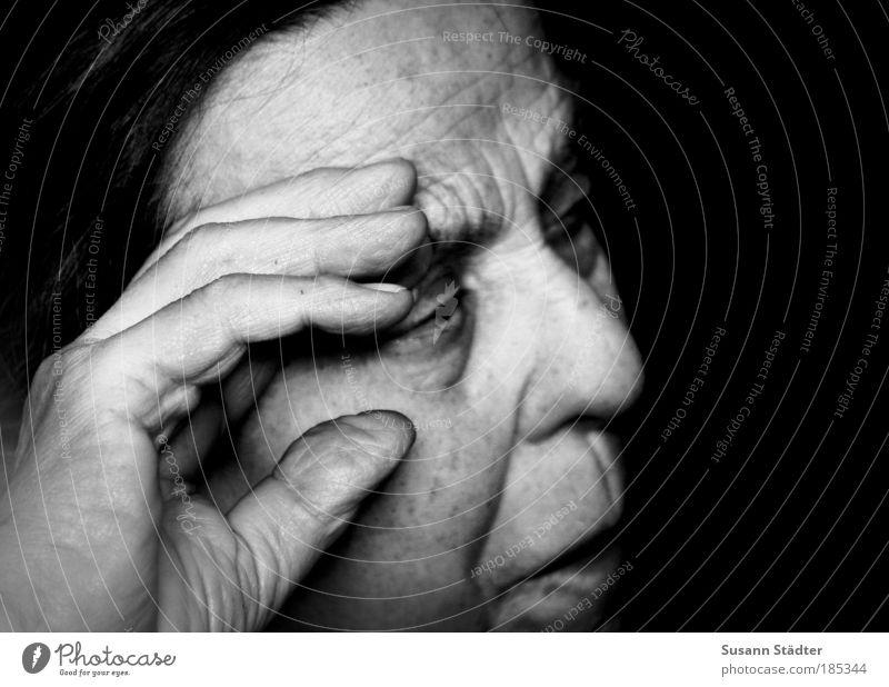 80 Jahre Miezenoma Frau alt Hand Einsamkeit Gesicht Auge Mensch Senior Kopf Haare & Frisuren Traurigkeit Kraft außergewöhnlich Finger beobachten Falte