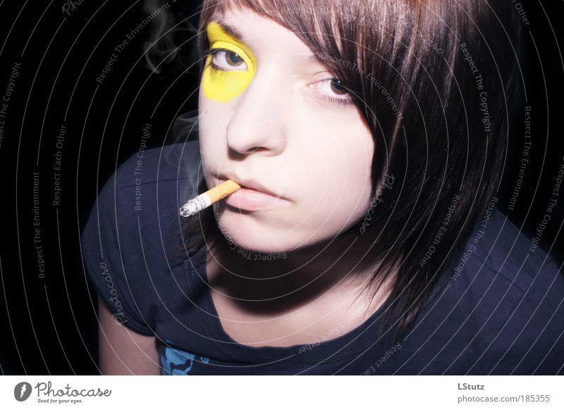 raucherclub zum gelben auge Stil Gesicht Schminke Nachtleben feminin Junge Frau Jugendliche 1 Mensch 18-30 Jahre Erwachsene T-Shirt brünett Pony Zigarette
