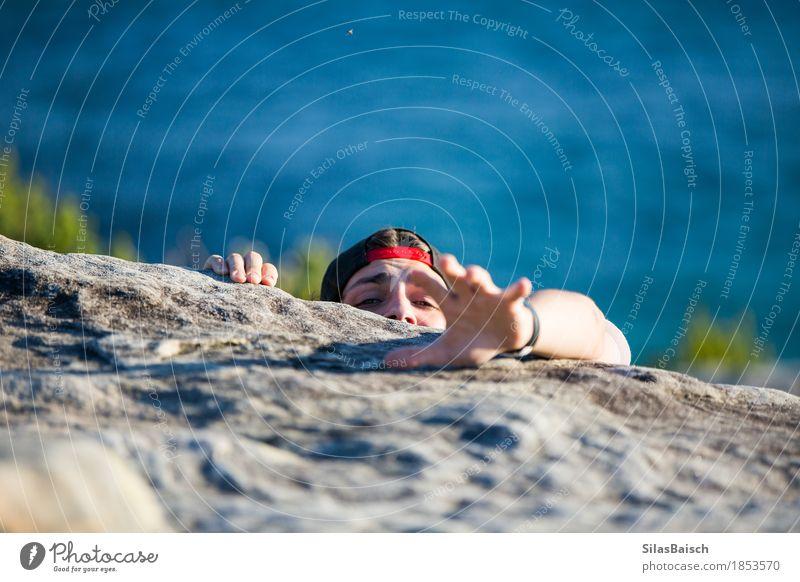 Hilfe Mensch maskulin Junger Mann Jugendliche Erwachsene Leben Auge 13-18 Jahre Felsen Küste Gefühle Akzeptanz Sicherheit Hoffnung demütig Angst Entsetzen