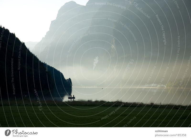 Klöntalersee Sommer Wasser Schönes Wetter schlechtes Wetter Nebel Wärme Gras Hügel Felsen Alpen Berge u. Gebirge Schlucht Seeufer Fjord Fischerboot
