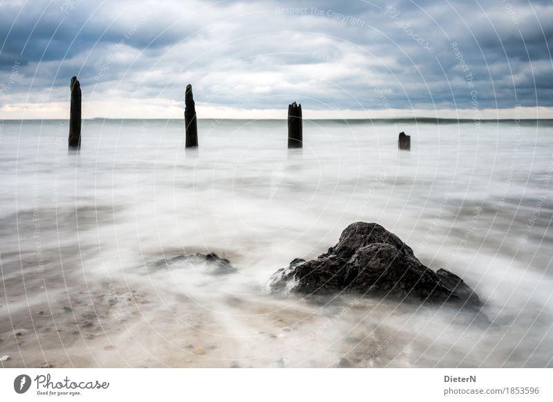 Zahn der Zeit Umwelt Landschaft Wasser Himmel Wolken Wetter schlechtes Wetter Wind blau schwarz weiß Buhne Holz Wellen Gischt Horizont Farbfoto Gedeckte Farben