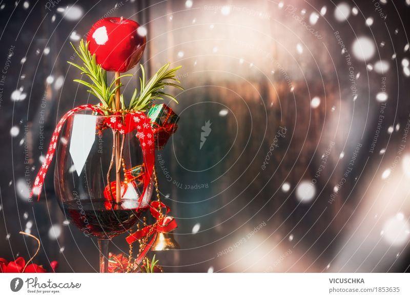 Rotweinglas mit Weihnachtsdekoration und Scnnee Weihnachten & Advent Freude Winter Innenarchitektur Schnee Stil Holz Feste & Feiern Party Stimmung Design
