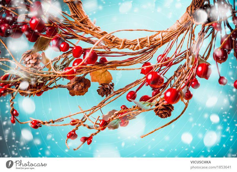Weihnachten roten Beeren Kranz auf blauem Hintergrund mit Schnee Natur Weihnachten & Advent Freude Winter Stil Feste & Feiern Stimmung Design Schneefall