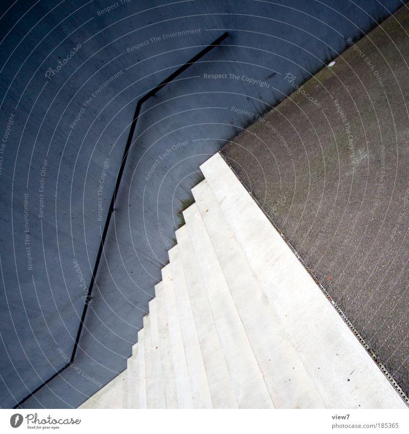 Aufstieg Haus kalt dunkel Wand grau Stein Mauer Metall Linie Fassade Beton Ordnung Treppe ästhetisch authentisch Streifen